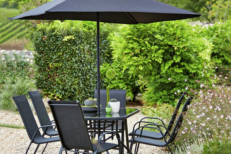Garden patio set with 6 chairs and an umbrella.