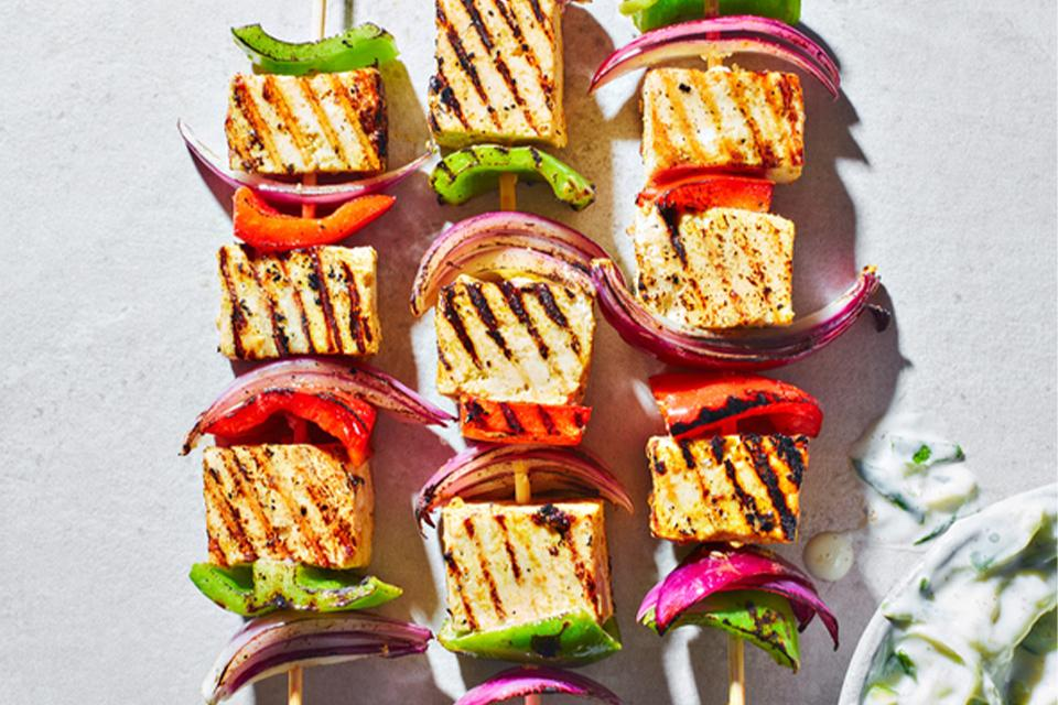 Tofu kebabs with vegetables.